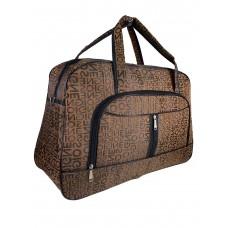 На фото 1 - Женская дорожная сумка из текстиля с принтом, цвет коричневый