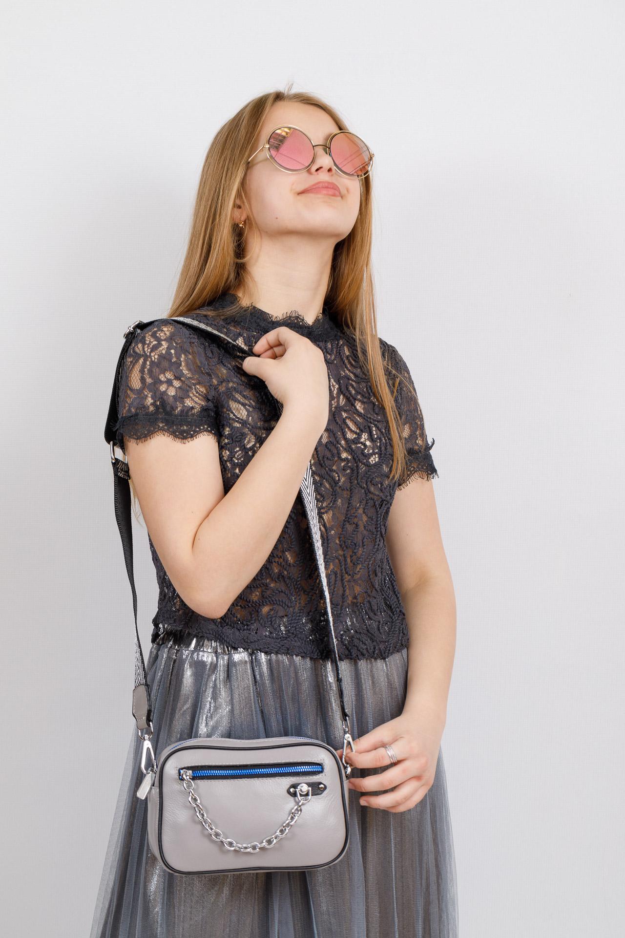 На фото 4 - Молодежная сумка из натуральной кожи, цвет серый