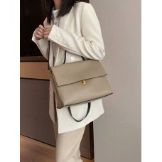 На фото 1 - Мягкая сумка из натуральной кожи  бежевого цвета