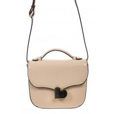 На фото 2 - Бежевая лаковая сумка с замком-сердечко 6239