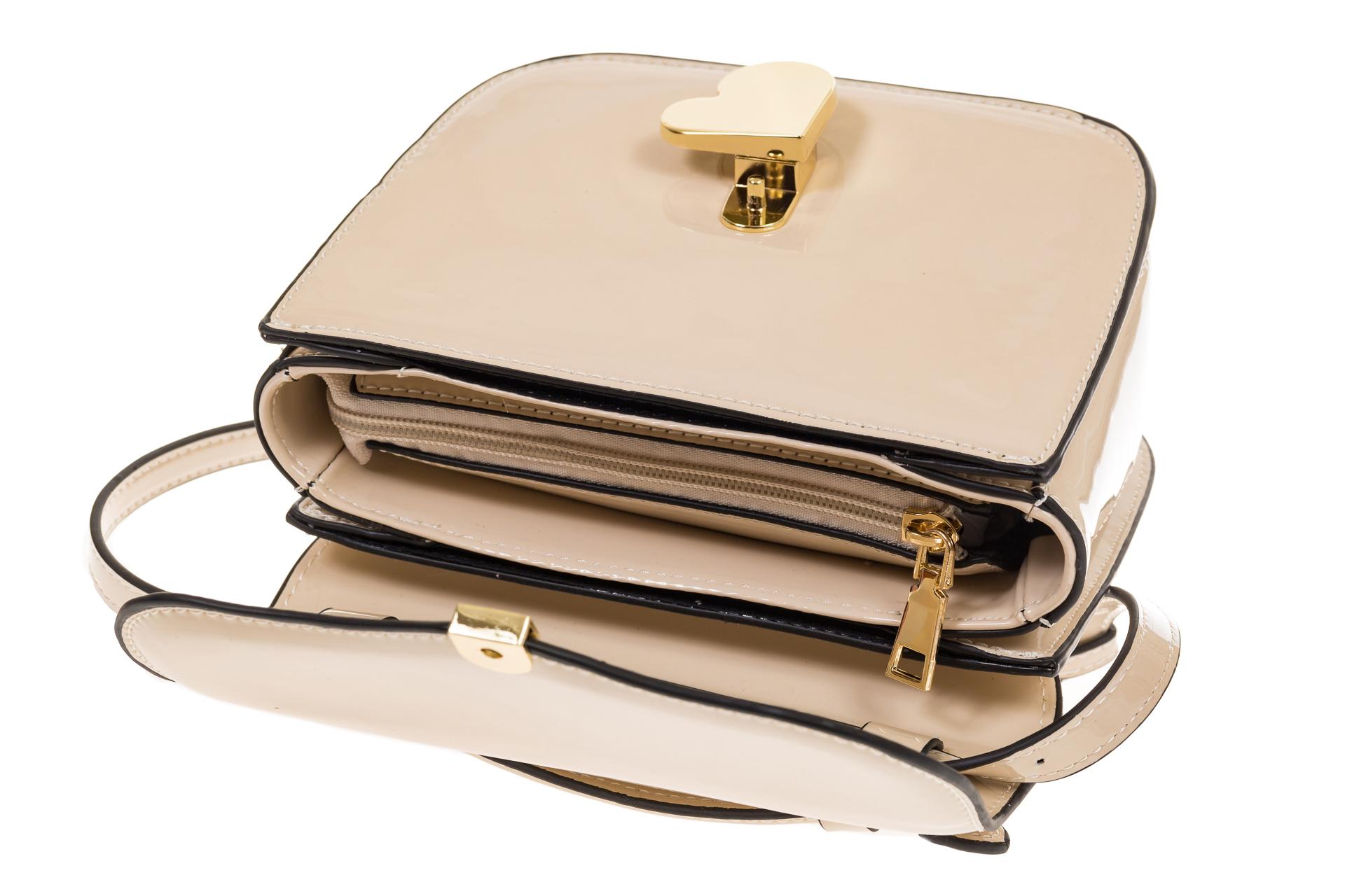 На фото 4 - Бежевая лаковая сумка с замком-сердечко 6239