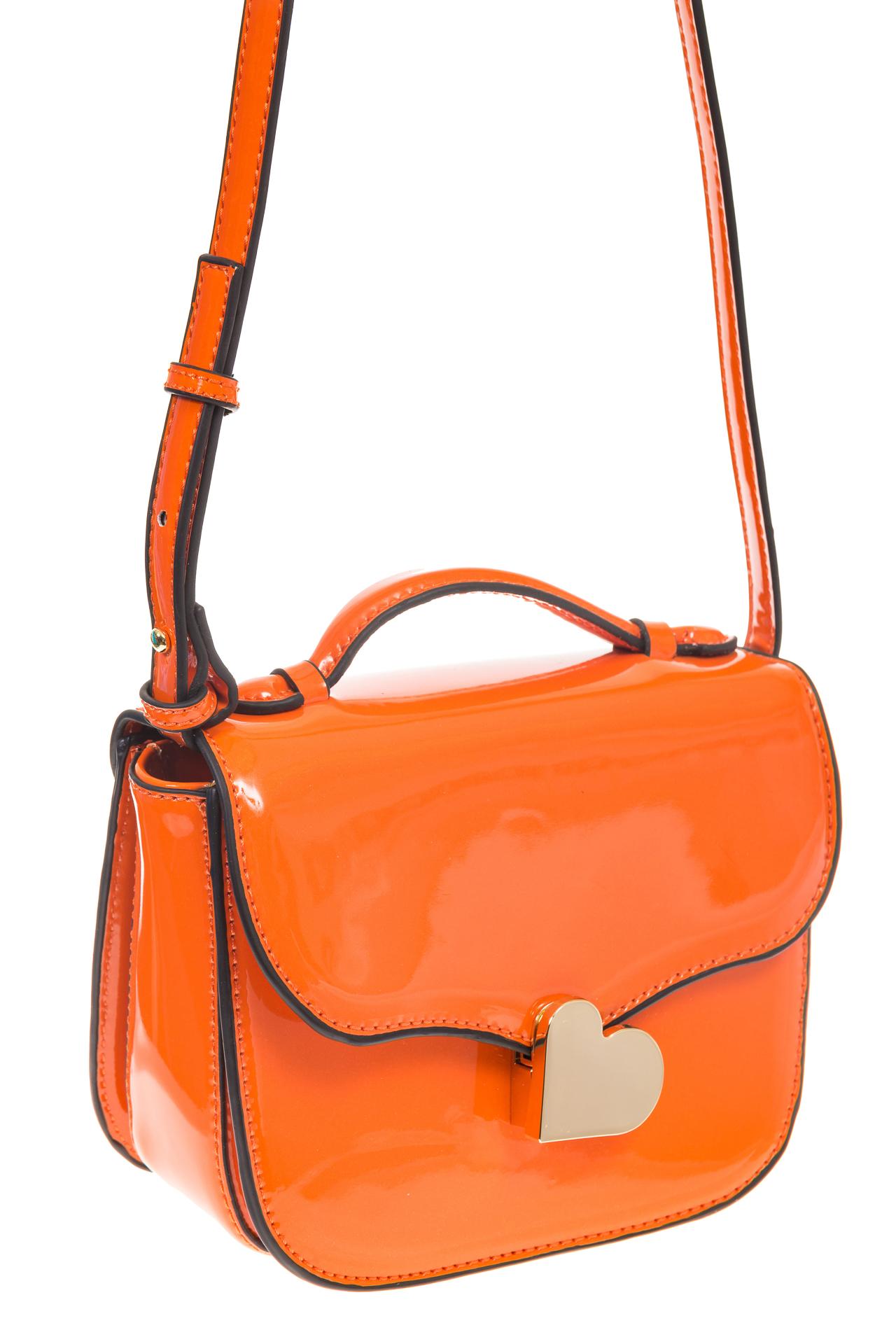 на фото Оранжевая лаковая сумка с замком-сердечко 6239