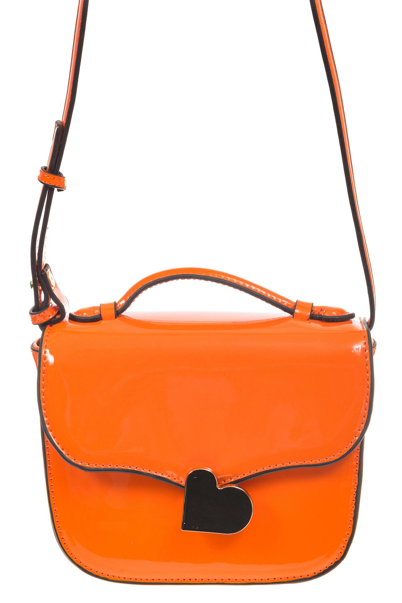 На фото 2 - Оранжевая лаковая сумка с замком-сердечко 6239