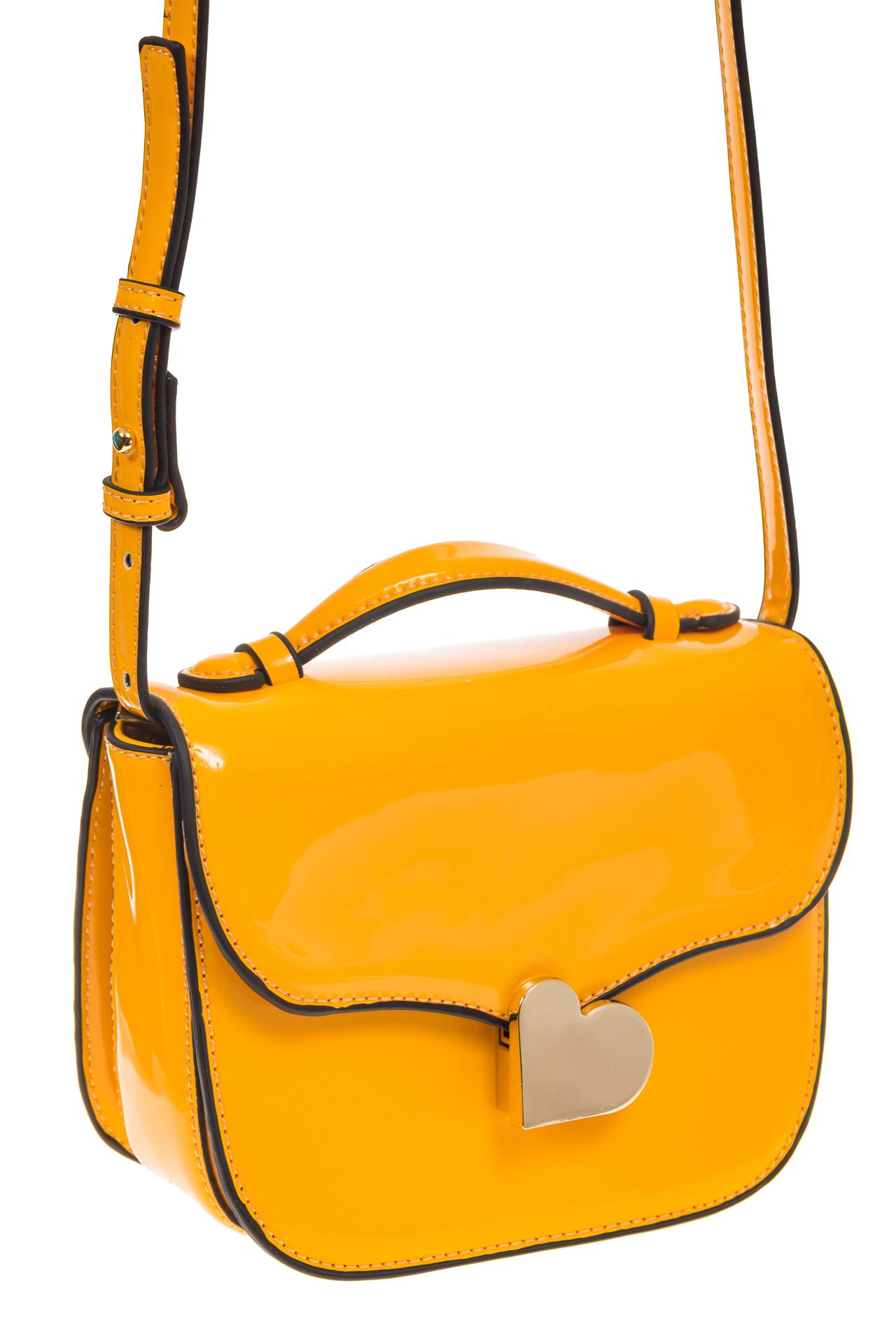 на фото Лаковая сумка с замком-сердечко цвета манго 6239