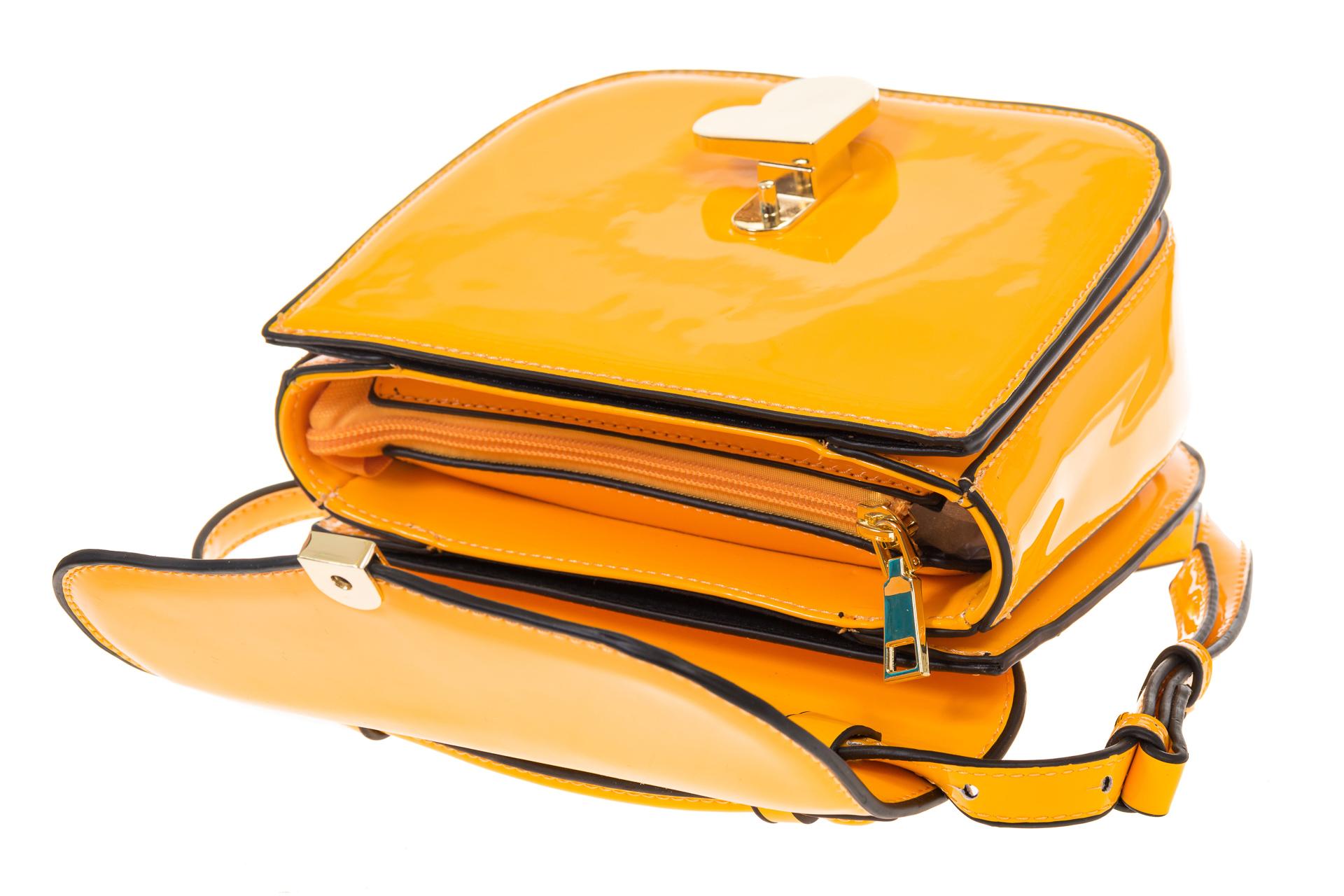 На фото 4 - Лаковая сумка с замком-сердечко цвета манго 6239