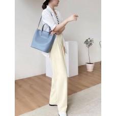 На фото 1 - Женская сумка трапеция из натуральной кожи с плетёной ручкой, цвет голубой
