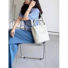 На фото 1 - Женская сумка трапеция из натуральной кожи с плетёной ручкой, цвет молочный