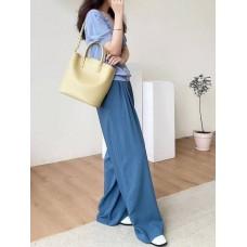 На фото 1 - Женская сумка трапеция из натуральной кожи с плетёной ручкой, цвет светло-жёлтый
