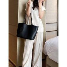 На фото 1 - Женская сумка-трапеция из фактурной натуральной кожи, цвет чёрный