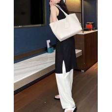 На фото 1 - Женская сумка-трапеция из фактурной натуральной кожи, цвет молочный