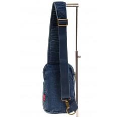 На фото 3 - Сумка из синей джинсовой ткани слинг-бэг