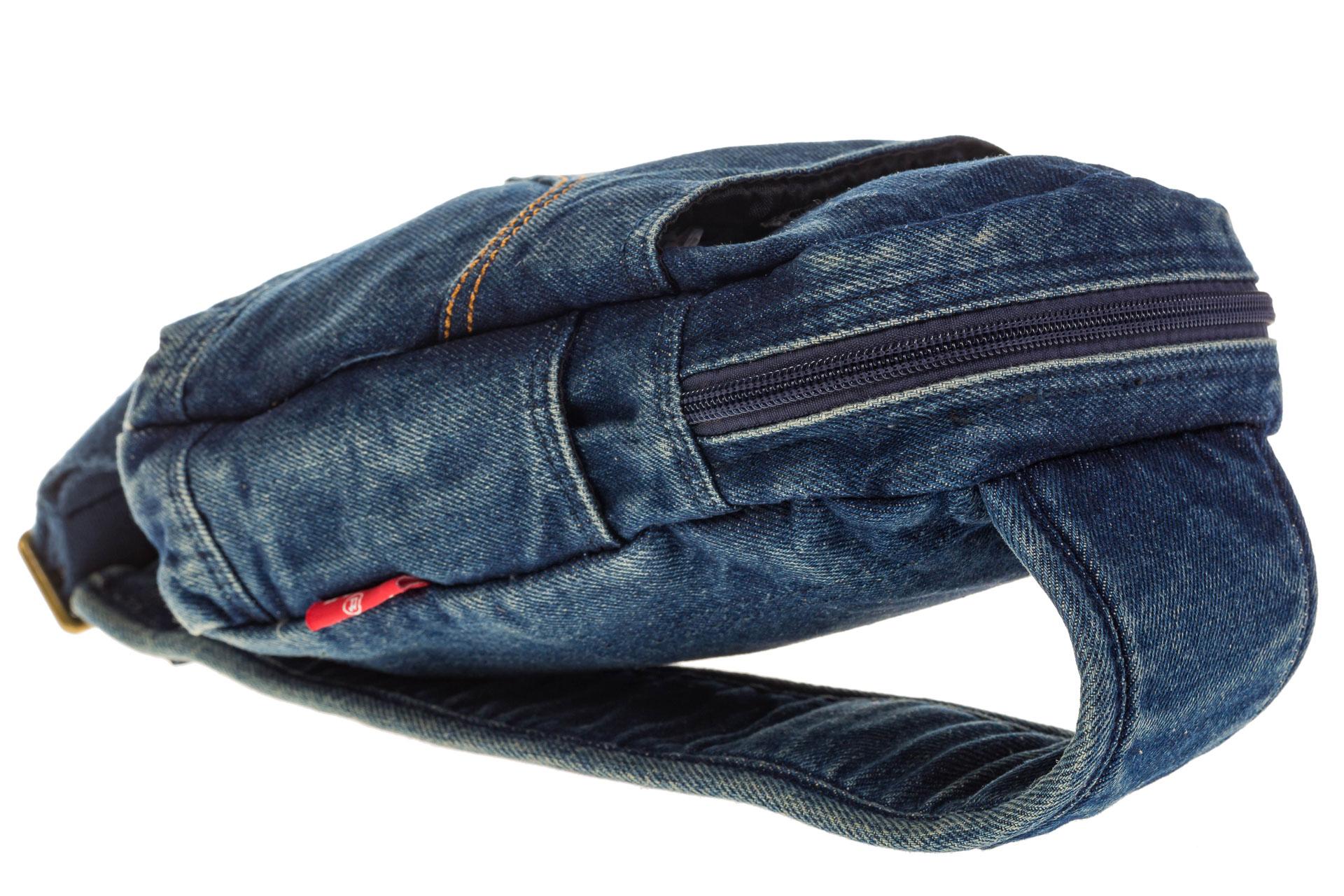 На фото 4 - Сумка из синей джинсовой ткани слинг-бэг