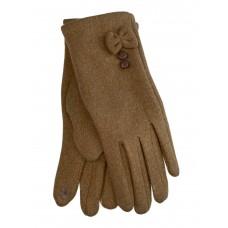 На фото 1 - Утеплённые женские перчатки из велюра с декором, цвет песочный