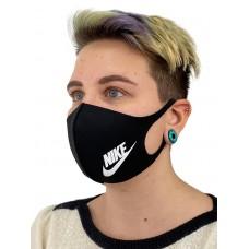 На фото 1 - Защитная маска со спортивным принтом, цвет чёрный