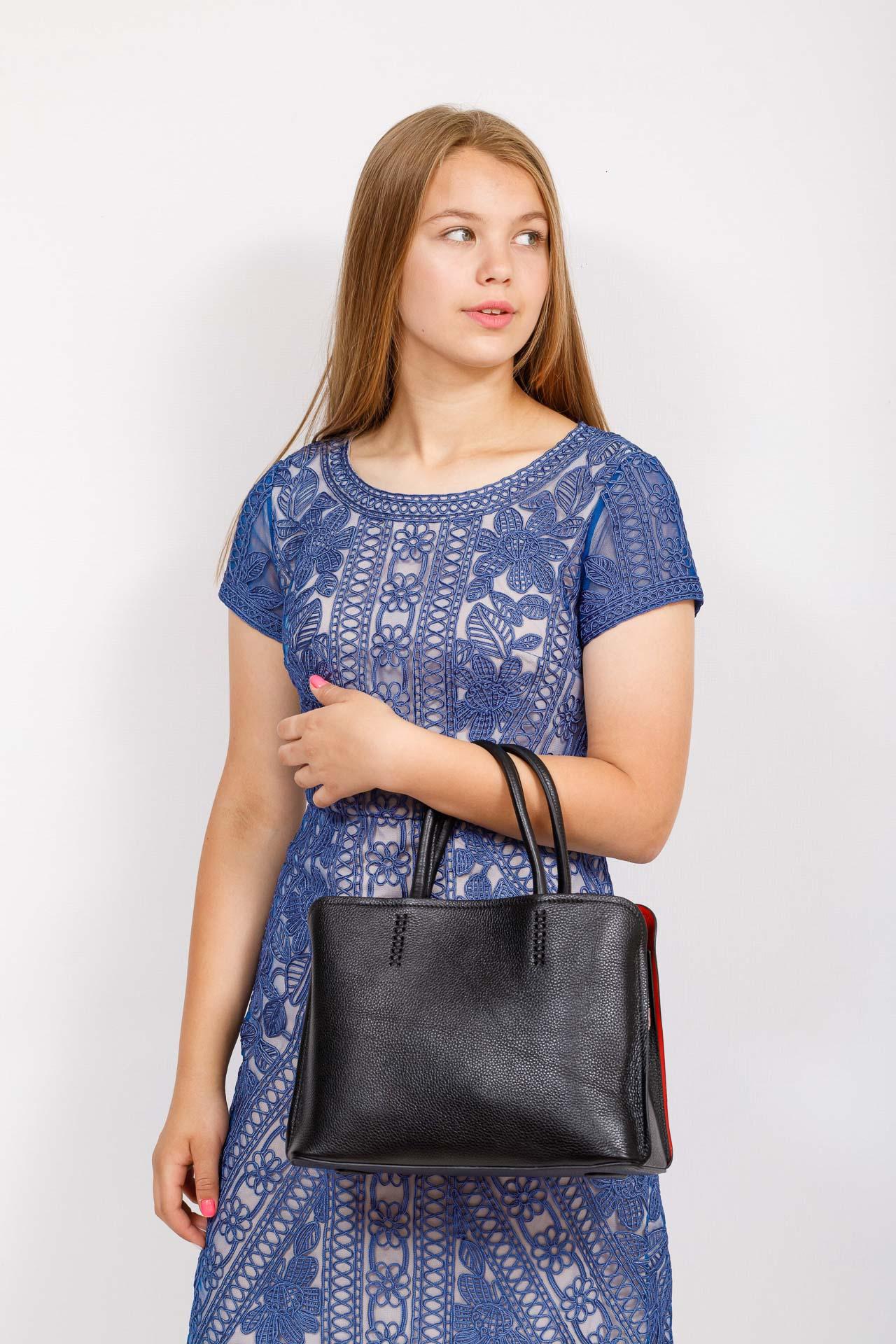 На фото 4 - Строгая женская сумка из натуральной кожи, цвет черный