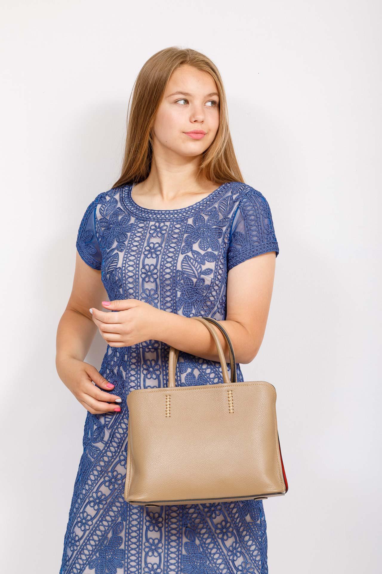 На фото 4 - Строгая женская сумка из натуральной кожи, цвет бежевый