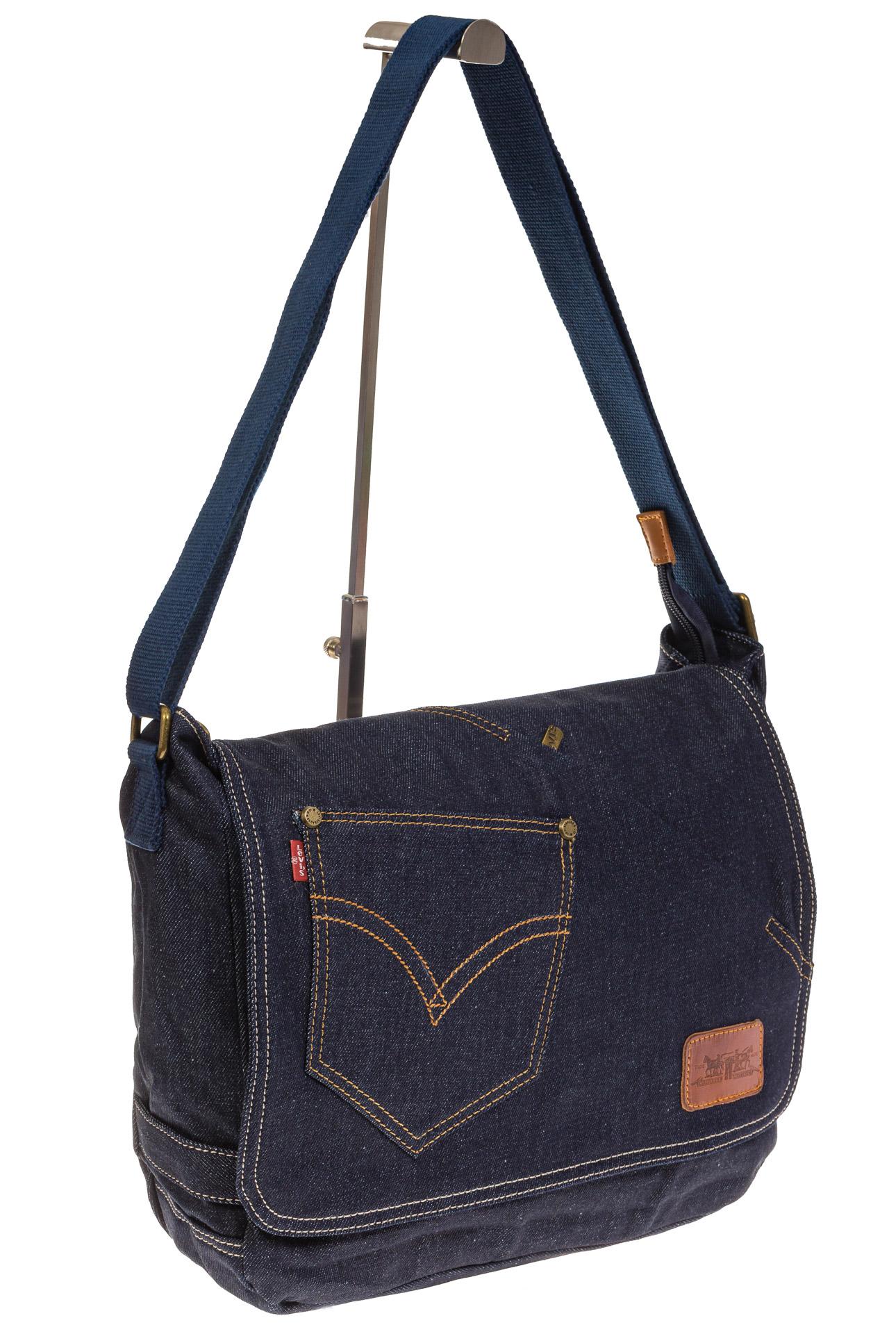 На фото 1 - Джинсовая сумка-почтальонка классического синего цвета