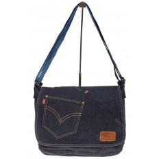 На фото 2 - Джинсовая сумка-почтальонка классического синего цвета
