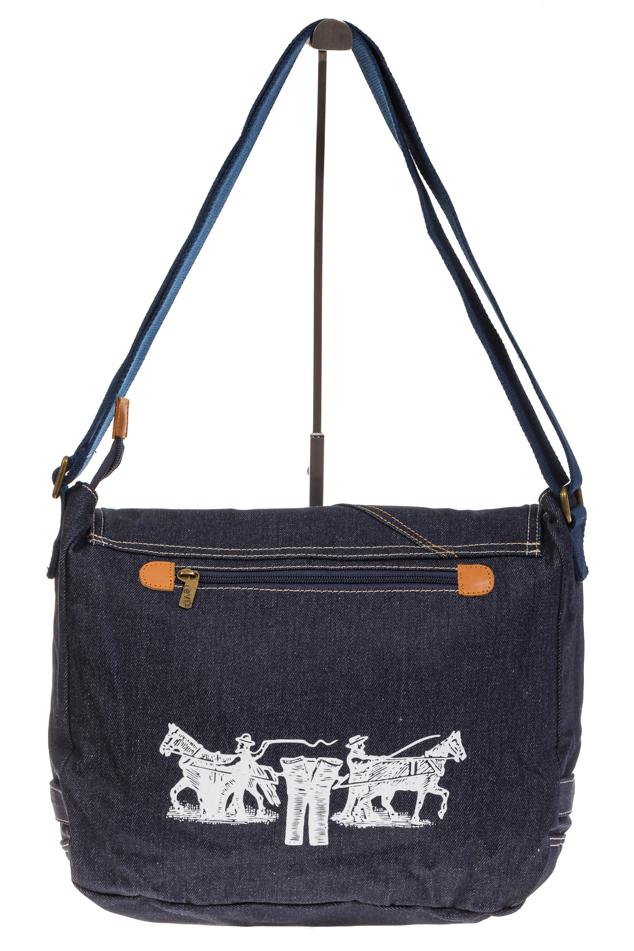 На фото 3 - Джинсовая сумка-почтальонка классического синего цвета