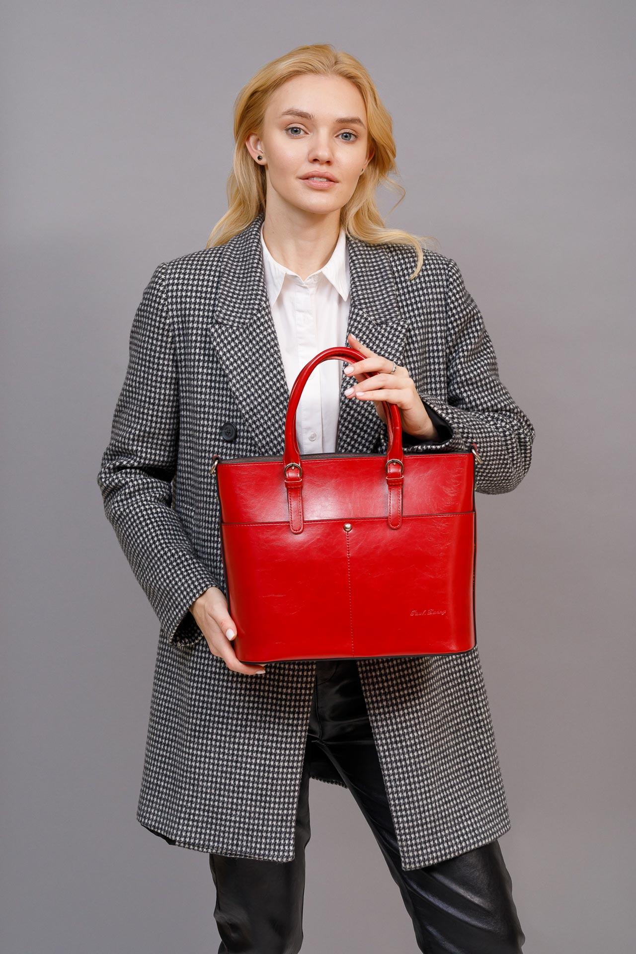 На фото 5 - Классический кожаный тоут, цвет красный
