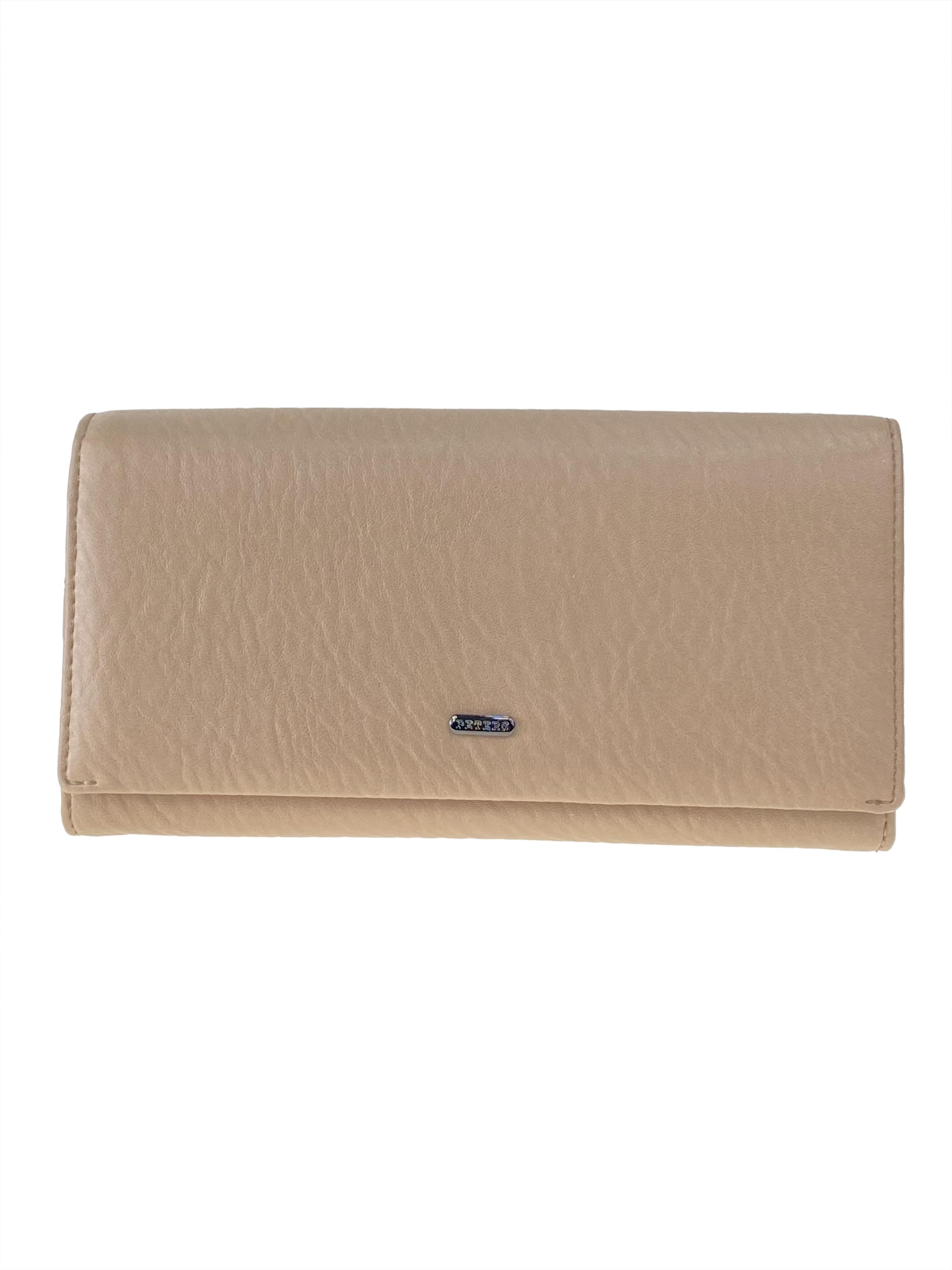 На фото 1 - Женское портмоне из мягкой натуральной кожи, цвет бежевый