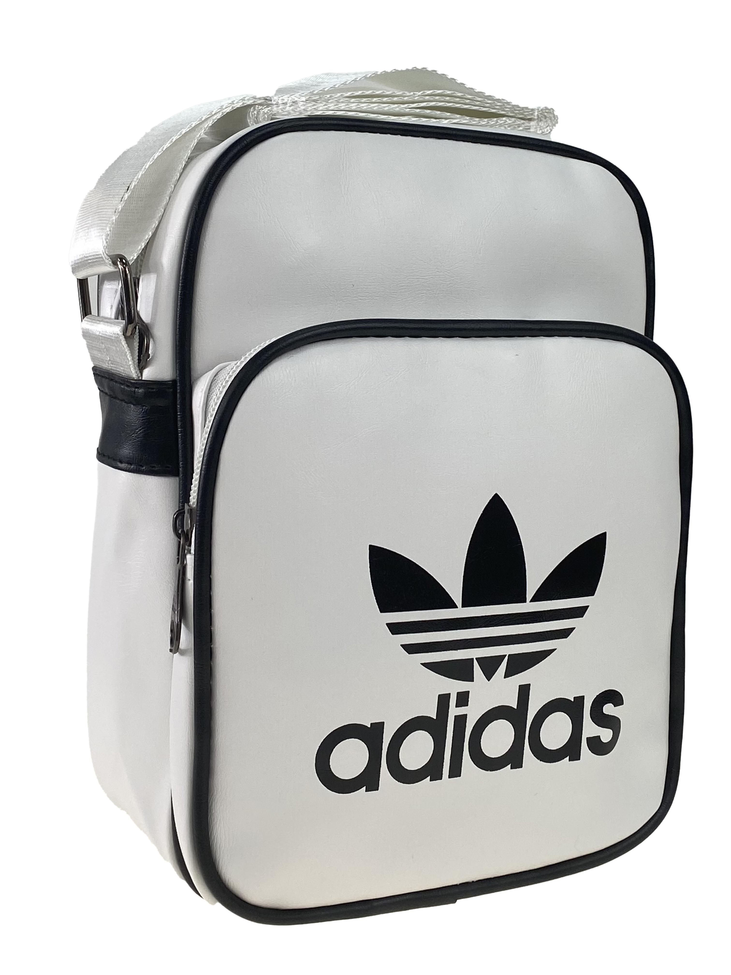 На фото 1 - Мужская спортивная сумка из искусственной кожи с принтом, цвет белый