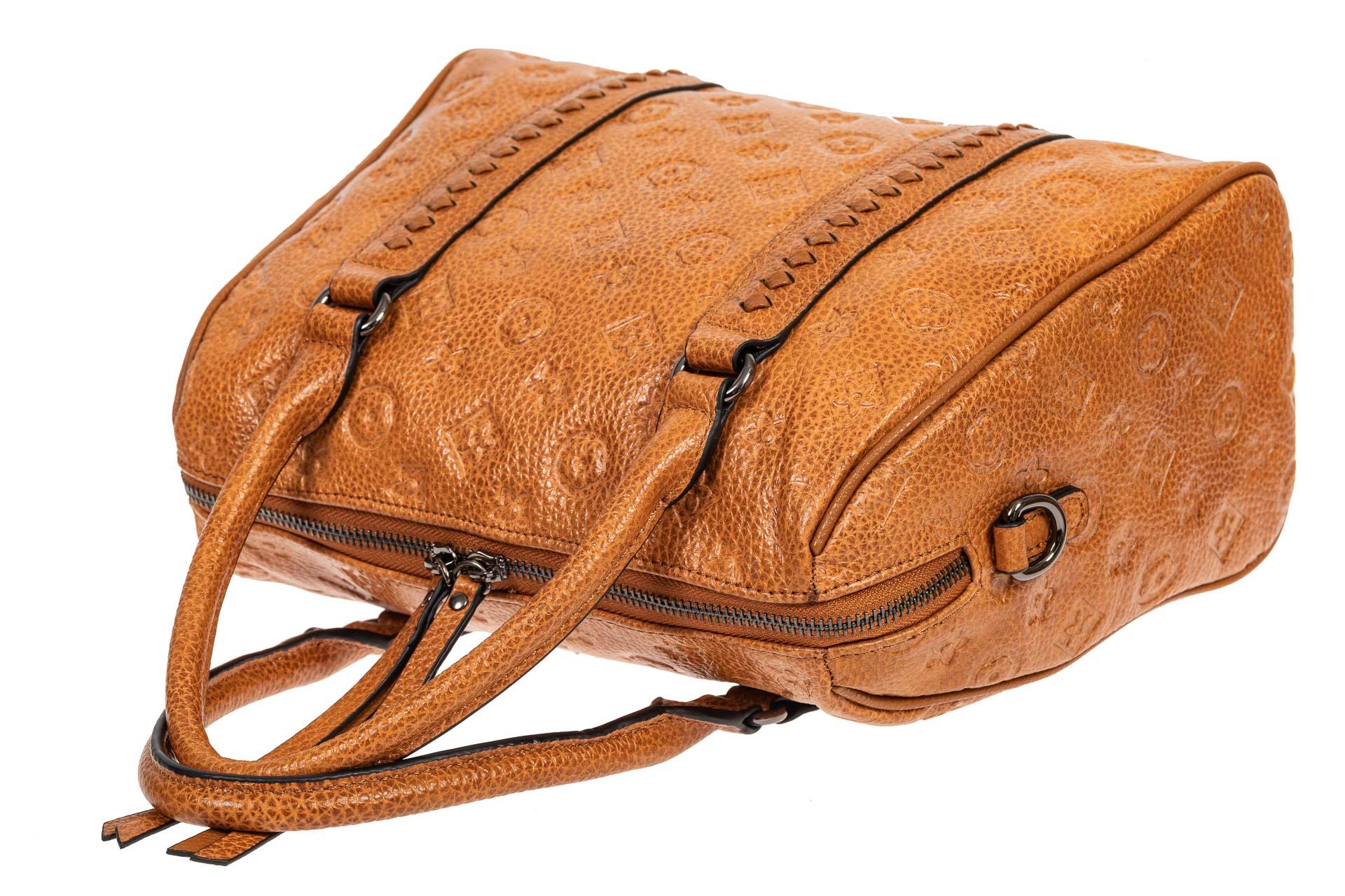На фото 4 - Кожаная женская сумка с тиснёным принтом, цвет рыжий