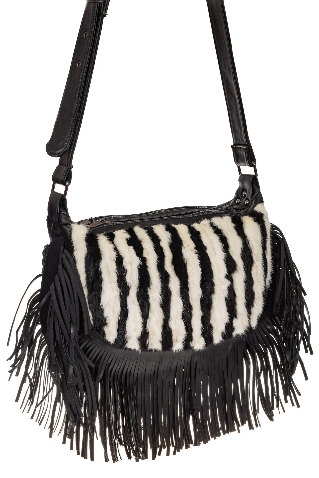 На фото 1 - Меховая сумка хобо с бахромой, зебра