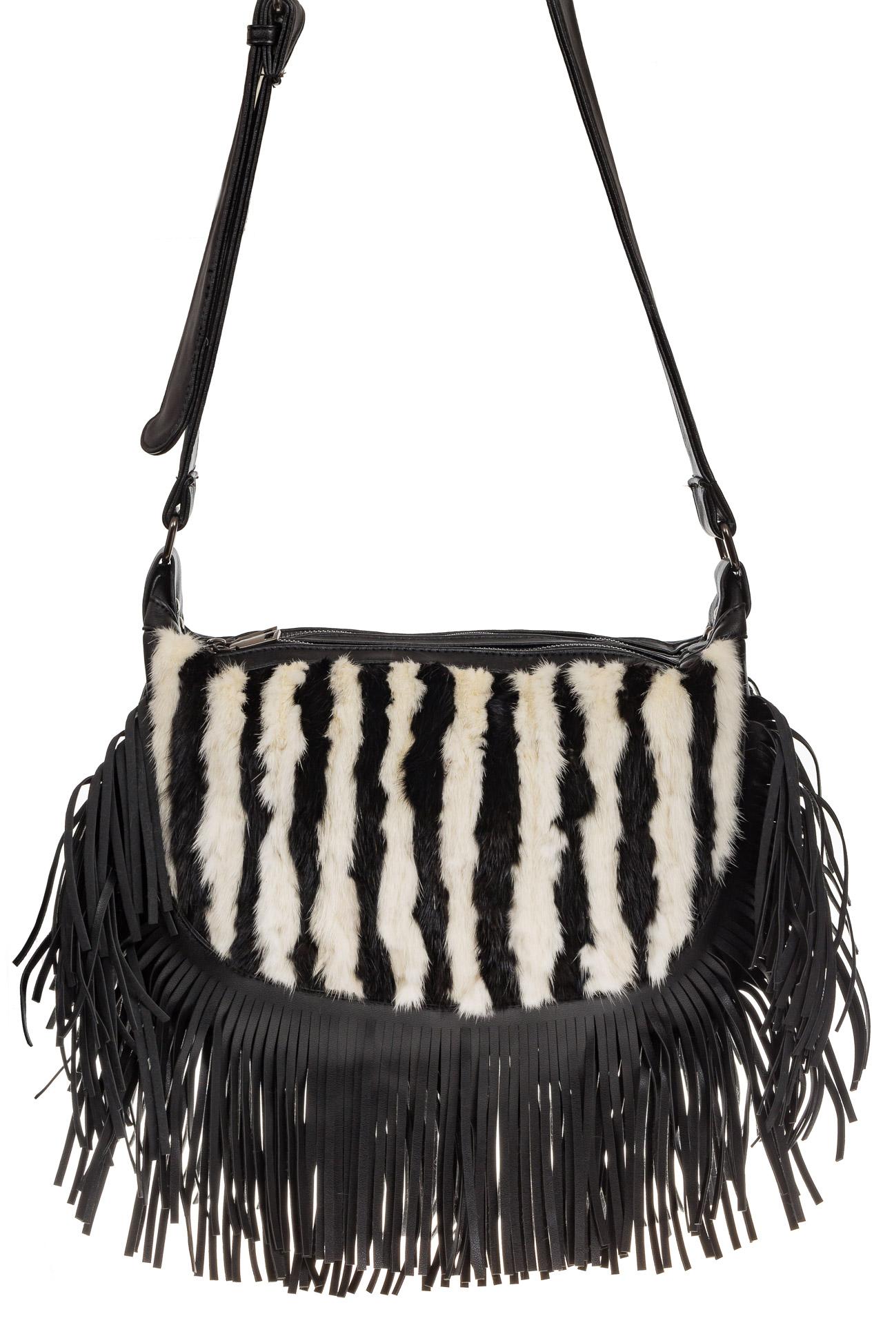 На фото 2 - Меховая сумка хобо с бахромой, зебра