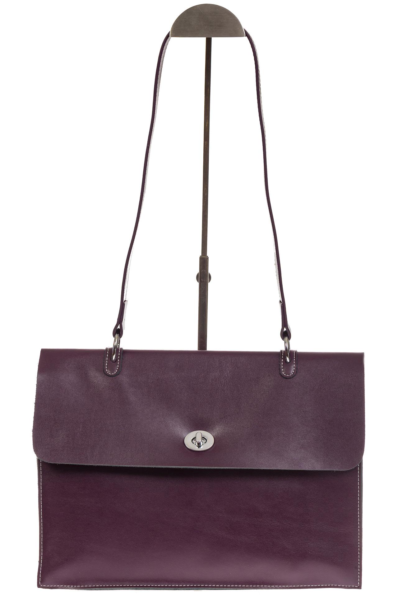 На фото 2 - Мягкая сумка из натуральной кожи фиолетового цвета