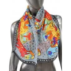 На фото 1 - Лёгкий шейный платок с яркой росписью, цвет серый