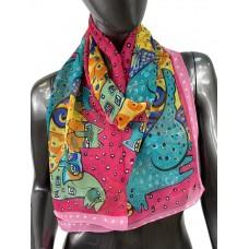 На фото 1 - Лёгкий шейный платок с яркой росписью, цвет фуксия