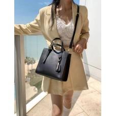 На фото 1 - Женская кожаная сумка тоут, цвет чёрный
