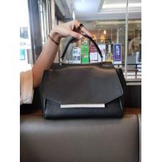На фото 1 - Женская сумка сэтчел из натуральной кожи с фигурным клапаном, цвет чёрный