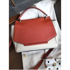 На фото 1 - Женская сумка сэтчел из натуральной кожи с фигурным клапаном, цвет молочный с кирпичным
