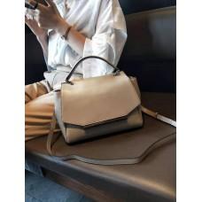 На фото 1 - Женская сумка сэтчел из натуральной кожи с фигурным клапаном, цвет молочный