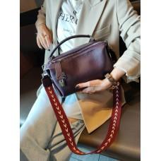 На фото 1 - Женская сумка  кросс-боди из натуральной кожи, цвет баклажановый