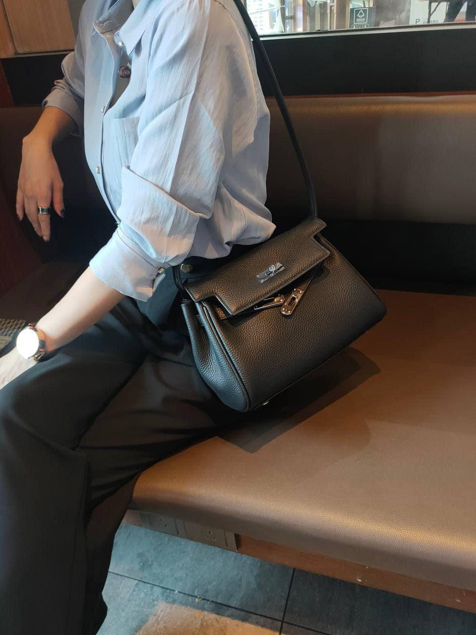 На фото 1 - Кожаная женская сумка-портфель, цвет черный