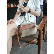 На фото 1 - Женская сумка через плечо из фактурной натуральной кожи, цвет бежевый с коричневым