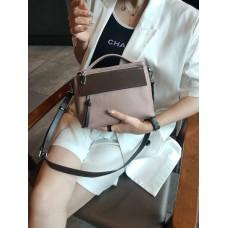 На фото 1 - Женская сумка через плечо из фактурной натуральной кожи, цвет розовый+шоколад