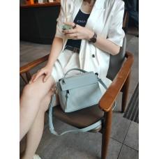 На фото 1 - Женская сумка через плечо из фактурной натуральной кожи, цвет голубой