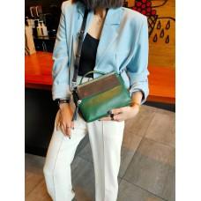 На фото 1 - Женская сумка через плечо из фактурной натуральной кожи, цвет зеленый