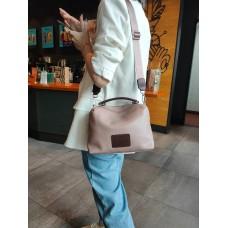 На фото 1 - Женская сумка кросс-боди из натуральной кожи, цвет розовый+коричневый