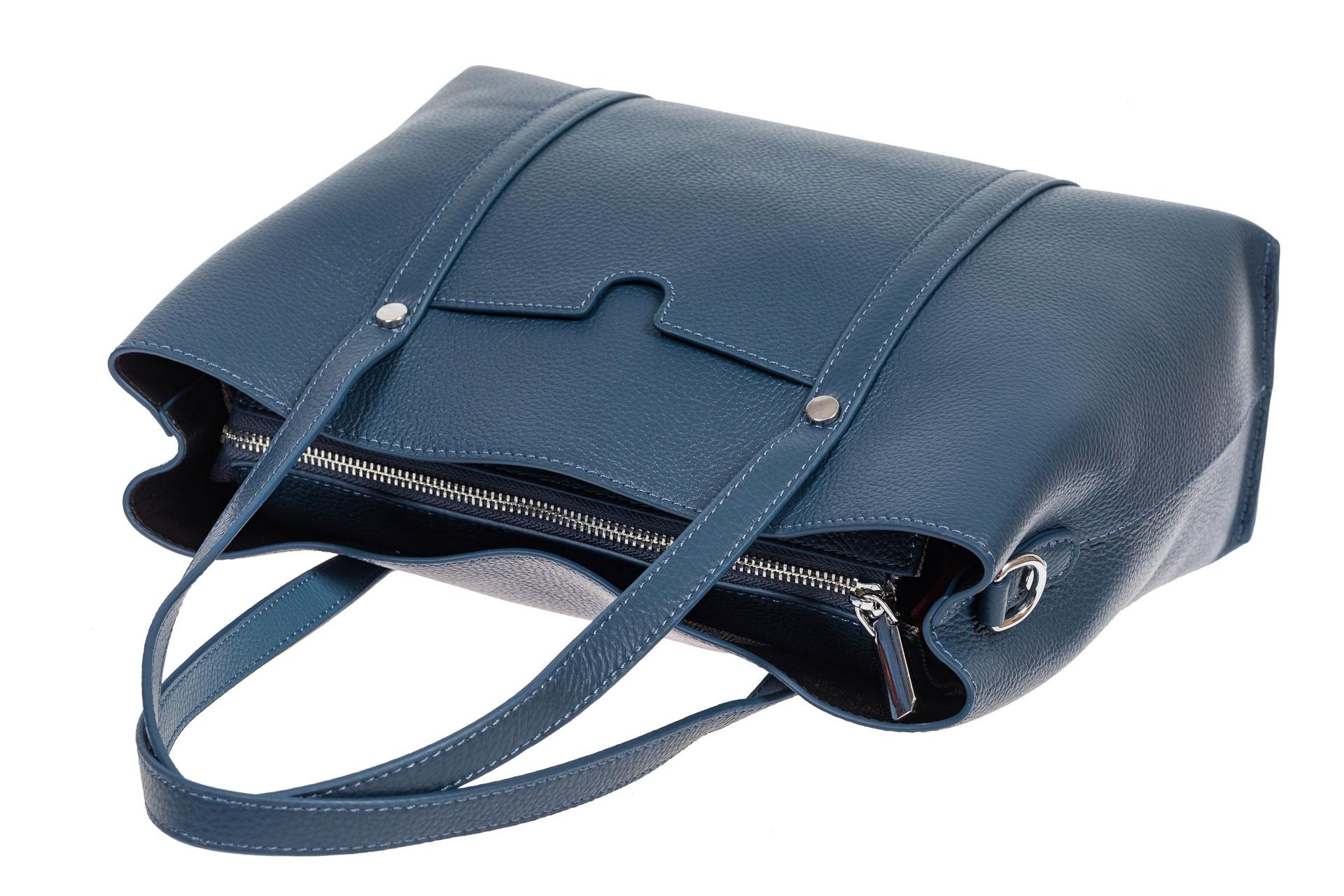На фото 4 - Женская сумка-тоут из фактурной натуральной кожи, синий цвет