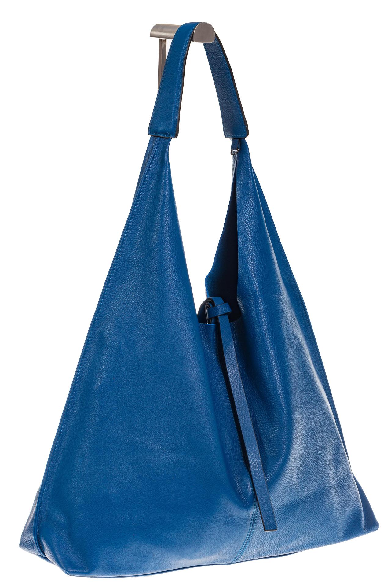 На фото 1 - Большая сумка хобо из натуральной кожи голубого цвета