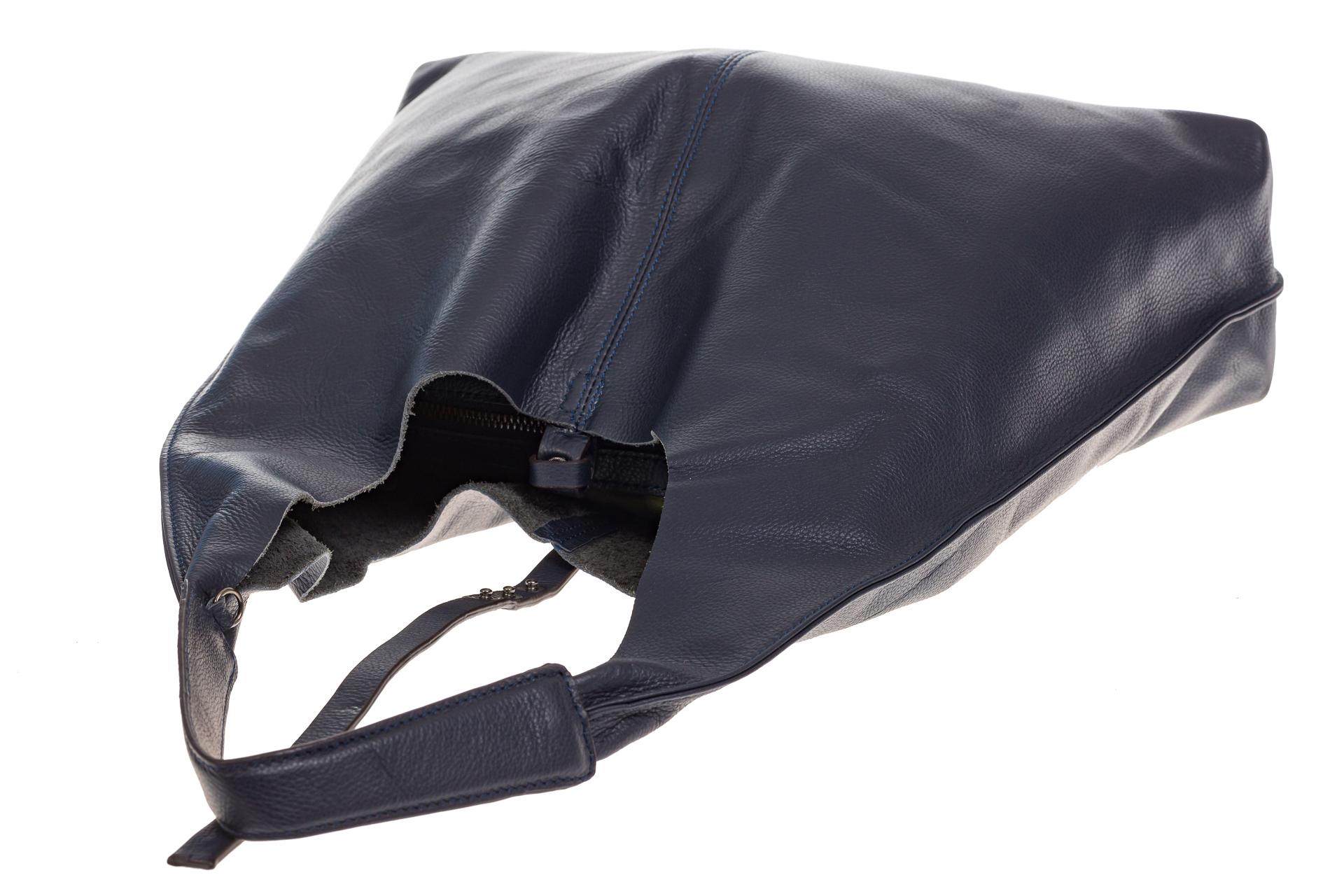 На фото 4 - Большая сумка хобо из натуральной кожи синего цвета