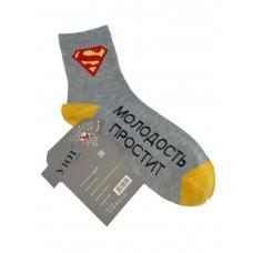 На фото 1 - Мужские носки с принтом и надписью, цвет серый с жёлтым