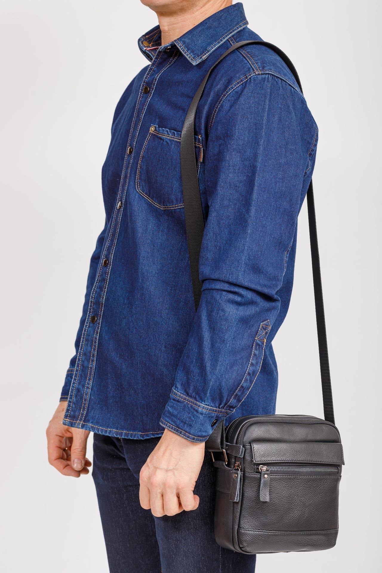На фото 4 - Мужская кожаная сумка, цвет черный