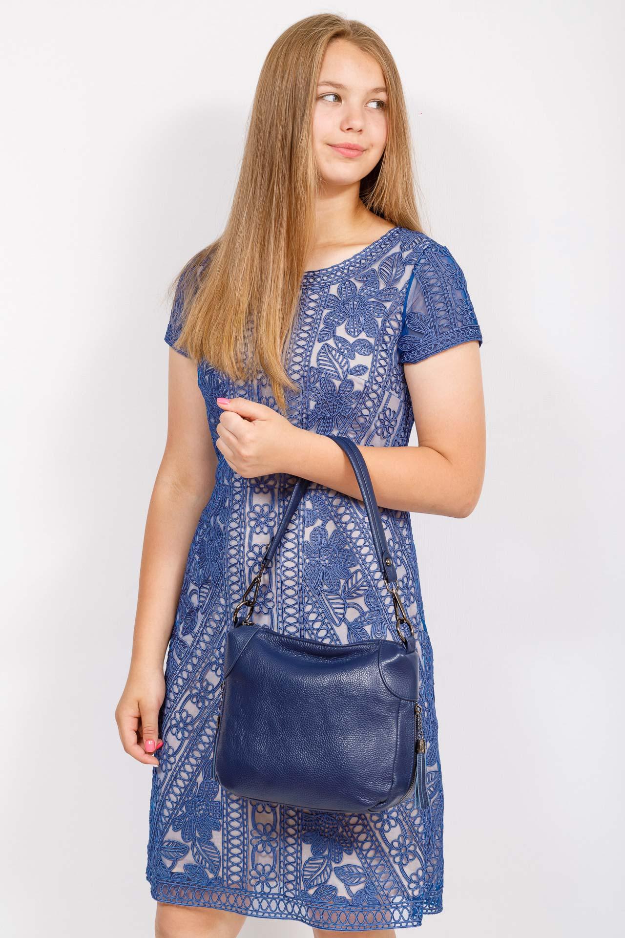 На фото 4 - Маленькая сумка хобо из натуральной кожи, цвет синий