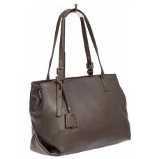 На фото 1 - Женская сумка тоут из натуральной кожи с декоративной подвеской, серая
